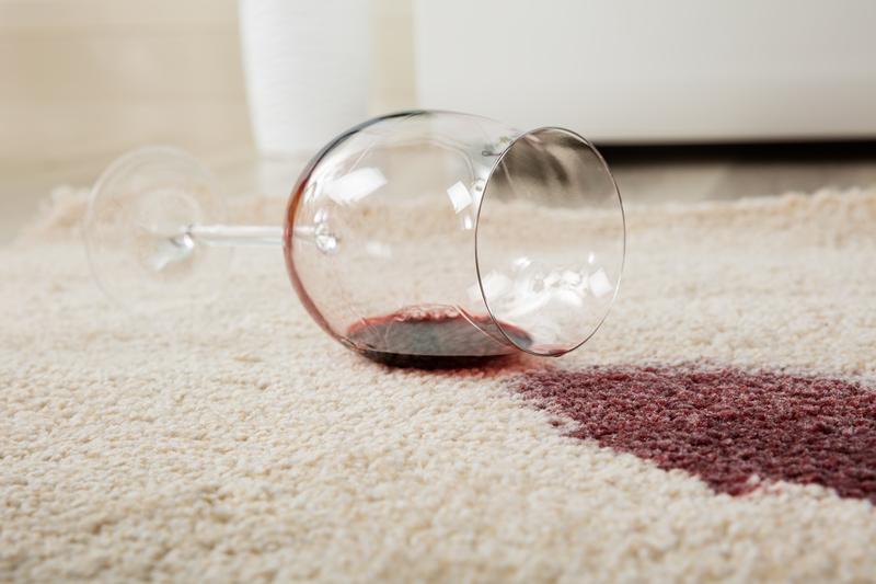 Červené víno, krv, lak na nechty – viete, ako ich odstránite z koberca?