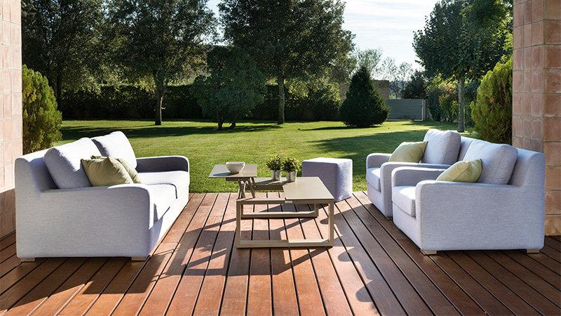 Dodajte svojej záhrade jarnú iskru pomocou dreveného nábytku